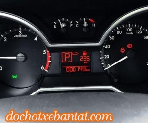 Ảnh chụp cụm đồng hồ sau vô-lăng xe Mazda BT-50 2018