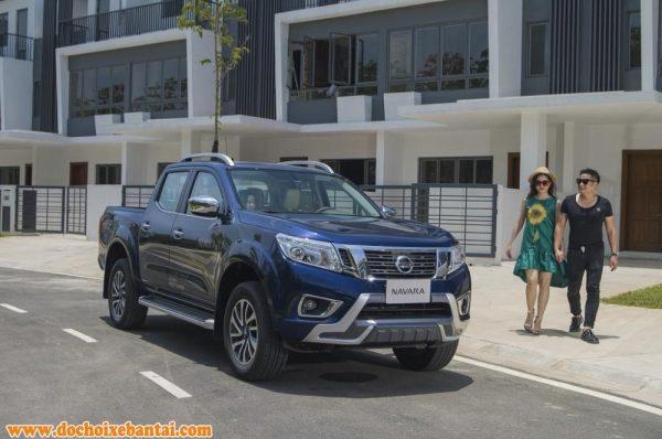 Nissan Navara 2017 màu xanh chụp từ phía trước