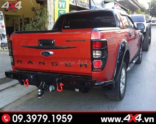 Chiếc Ford Ranger đỏ lên cản sau YAK và nhiều món đồ chơi khác cho xe cứng cáp hơn