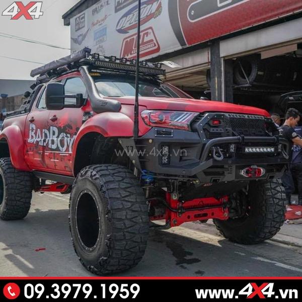 Xe bán tải Ford Ranger đỏ độ khủng với đèn nóc và hàng loạt món đồ chơi khác