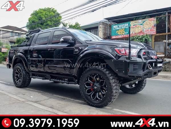 Mâm xe Ford Ranger - Chiếc Ford Ranger màu đen gắn mâm Fuel Assault, cản trước, ốp sườn hầm hố và ngầu