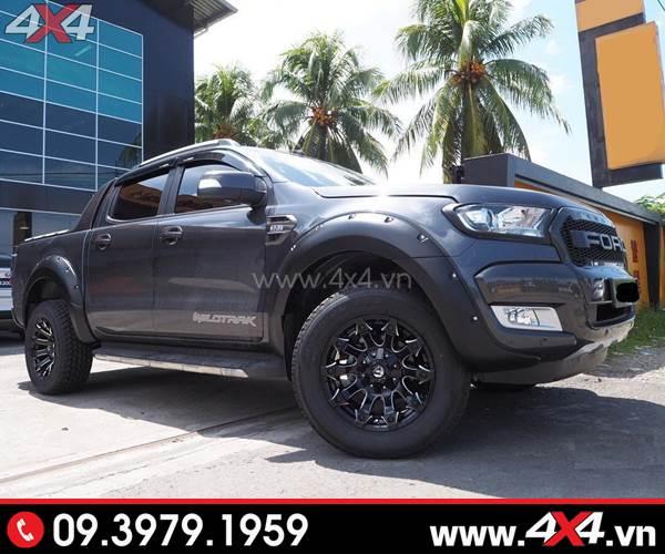 Mâm xe Ford Ranger - Chiếc Ford Ranger màu đen cực ngầu và đẹp với mâm Battle Axe, ốp cua lốp, ốp viền đen, mặt calang chữ Ford
