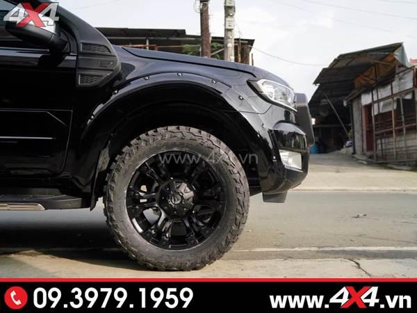 Mâm xe Ford Ranger - Chiếc Ford Ranger màu đen lên ốp cua đinh, lốp gai và mâm Fuel Vapor cứng cáp, ngầu và chất