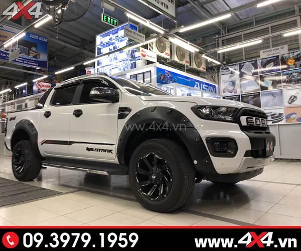 Xe bán tải Ford Ranger màu trắng lên mâm Fuel Razor và nhiều món đồ chơi khủng