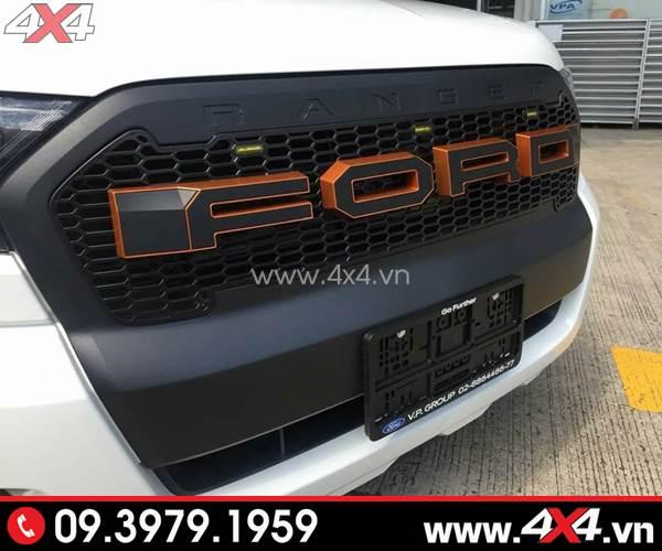 Chiếc bán tải Ford Ranger màu trắng gắn mặt nạ chữ Ford màu đen viền cam đẹp và nổi bật