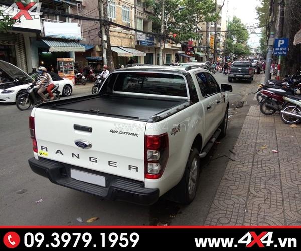 Xe Ford Ranger gắn nắp thùng cuộn Ford Ranger màu đen CB-744 đẹp và cứng cáp