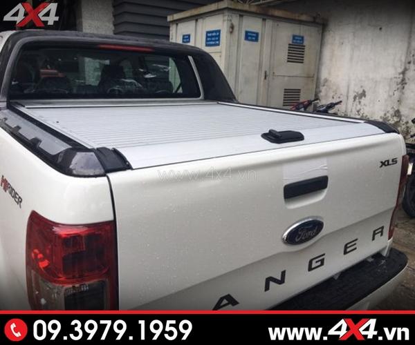 Xe bán tải trắng gắn nắp thùng cuộn Ford Ranger KSC bạc đẹp và sang