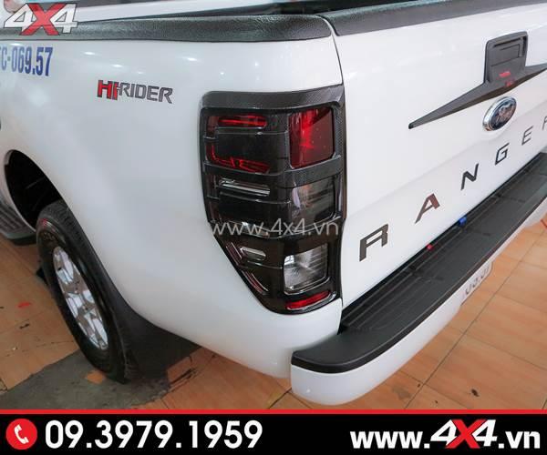 Xe bán tải Ford Ranger màu trắng gắn ốp đèn hậu màu đen ngầu và cứng cáp