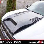 Chiếc bán tải Ford Ranger màu trắng gắn nắp capo màu đen cực ngầu và chất