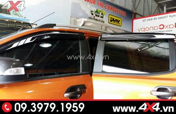 Chiếc bán tải Ford Ranger màu cam gắn vè che mưa đẹp