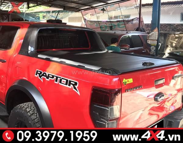 Chiếc Ford Ranger Raptor mới 2018 2019 màu đỏ gắn nắp thùng cuộn màu đen ngầu và đẳng cấp