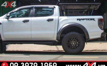 Ốp vè che mưa đen sọc trắng gắn cho Ford Ranger Raptor thêm đẹp và ngầu hơn