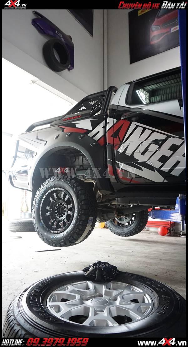 Ốp cua lốp đinh nhô và bộ mâm lốp BF goodrich tạo cho xe mạnh mẽ và hầm hố hơn