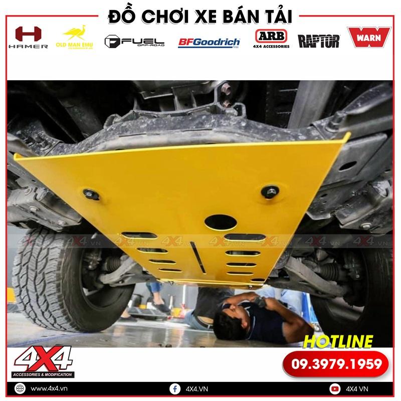 Xe bán tải đang được gắn giáp gầm để bảo vệ các chi tiết máy gầm xe
