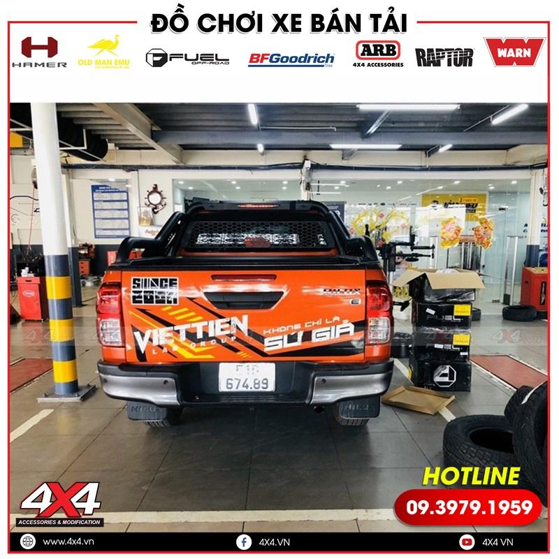 Xe bán tải Toyota Hilux độ thanh thể thao Offroad và lên bộ tem cực chất