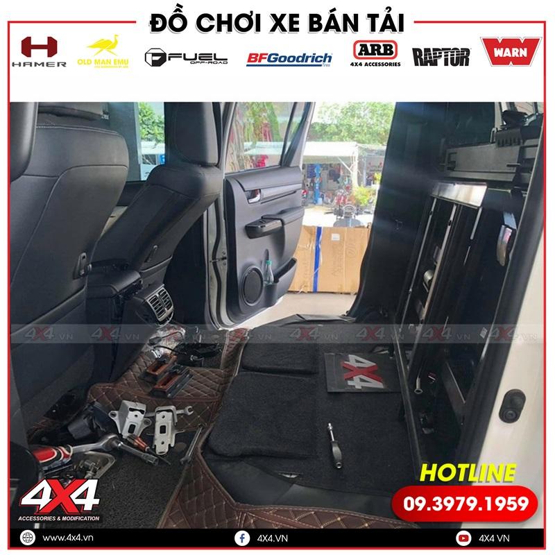 Xe bán tải Toyota Hilux đang được nâng cấp ghế chỉnh điện trượt ngã tại 4x4